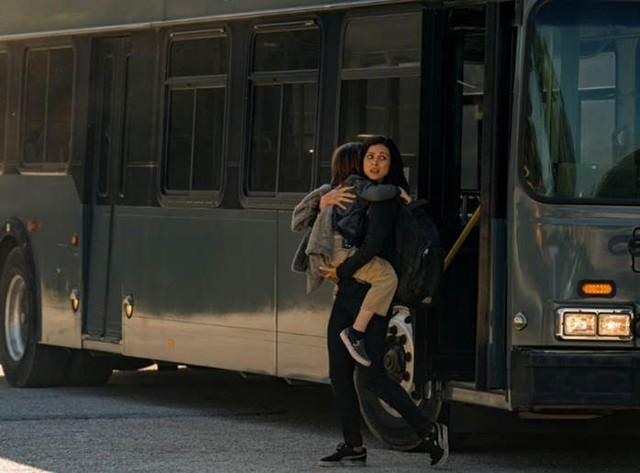 """Morena Baccarin: Người phụ nữ sống sót sau """"Thảm Họa Thiên Thạch"""" từng được cả Marvel lẫn DC theo đuổi - Ảnh 1."""