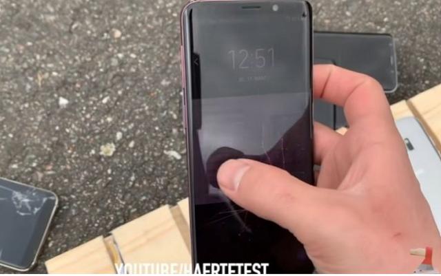 Không tin rằng Samsung Galaxy bền hơn iPhone, Youtuber lấy ô tô cán qua hai dòng điện thoại và cái kết đầy tranh cãi - Ảnh 6.