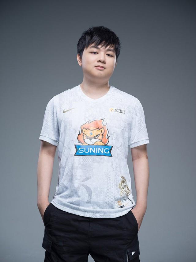 Suning tung bộ ảnh ra mắt áo đấu chính thức cho CKTG 2020, dân mạng Trung Quốc bình luận: Ông SofM lại cưa sừng làm nghé à? - Ảnh 2.