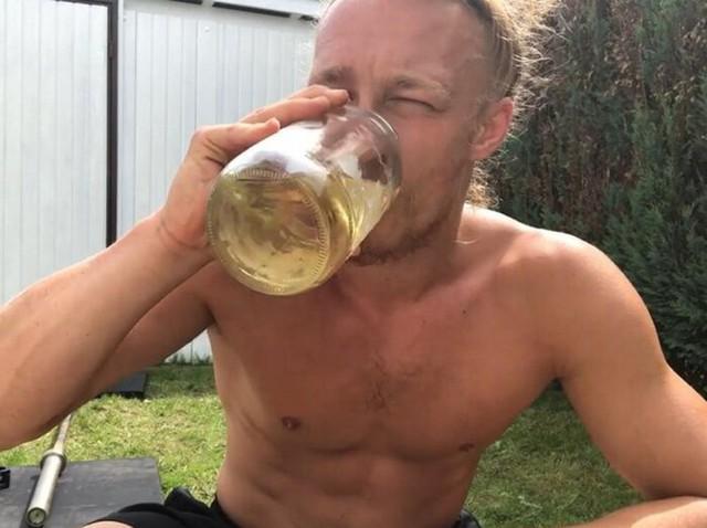 Kỳ lạ anh chàng mỗi ngày uống 3 lít nước tiểu, tiết lộ làm thế để cường tráng hơn và hết bị trầm cảm - Ảnh 1.