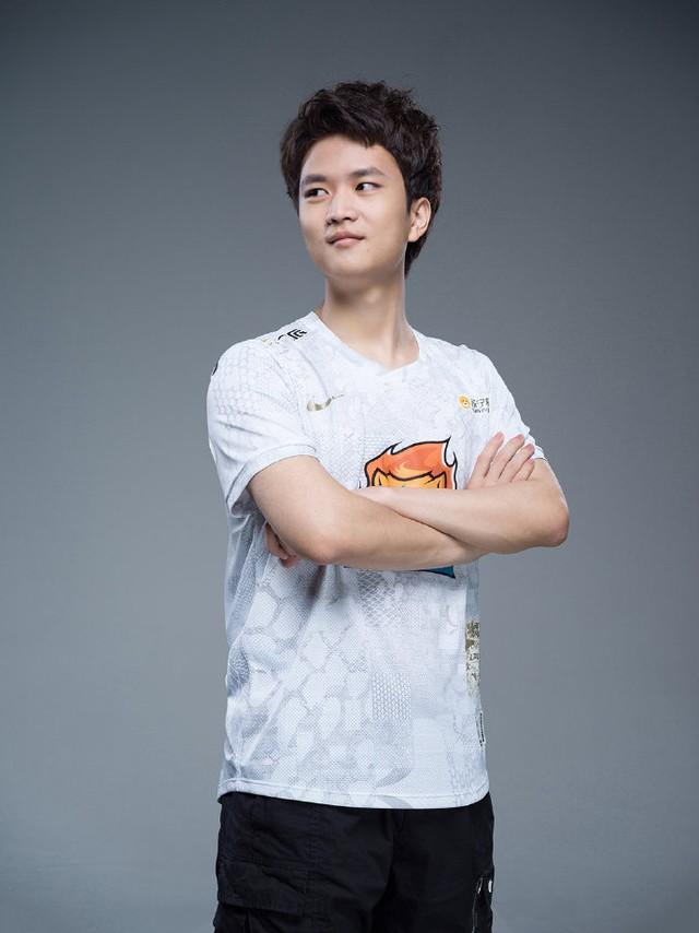 Suning tung bộ ảnh ra mắt áo đấu chính thức cho CKTG 2020, dân mạng Trung Quốc bình luận: Ông SofM lại cưa sừng làm nghé à? - Ảnh 12.
