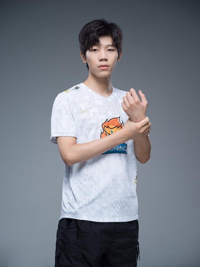 Suning tung bộ ảnh ra mắt áo đấu chính thức cho CKTG 2020, dân mạng Trung Quốc bình luận: Ông SofM lại cưa sừng làm nghé à? - Ảnh 13.