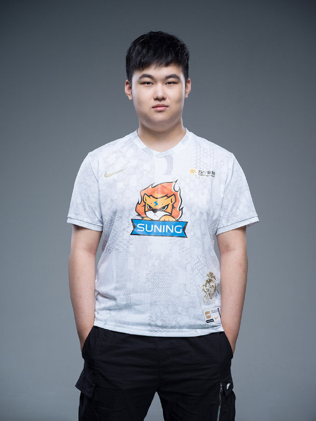 Suning tung bộ ảnh ra mắt áo đấu chính thức cho CKTG 2020, dân mạng Trung Quốc bình luận: Ông SofM lại cưa sừng làm nghé à? - Ảnh 3.