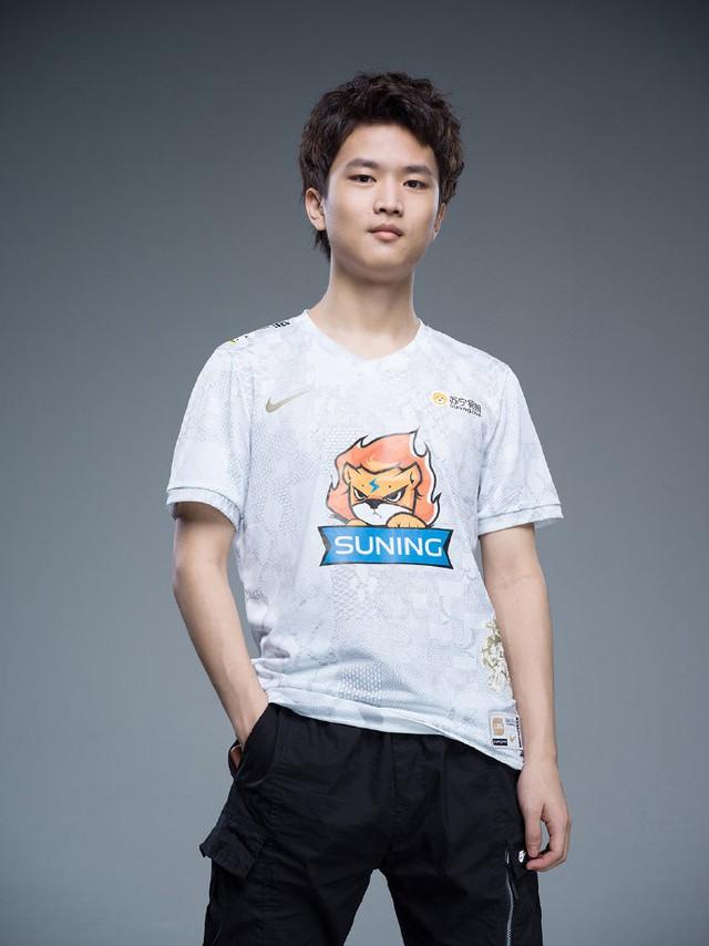 Suning tung bộ ảnh ra mắt áo đấu chính thức cho CKTG 2020, dân mạng Trung Quốc bình luận: Ông SofM lại cưa sừng làm nghé à? - Ảnh 5.
