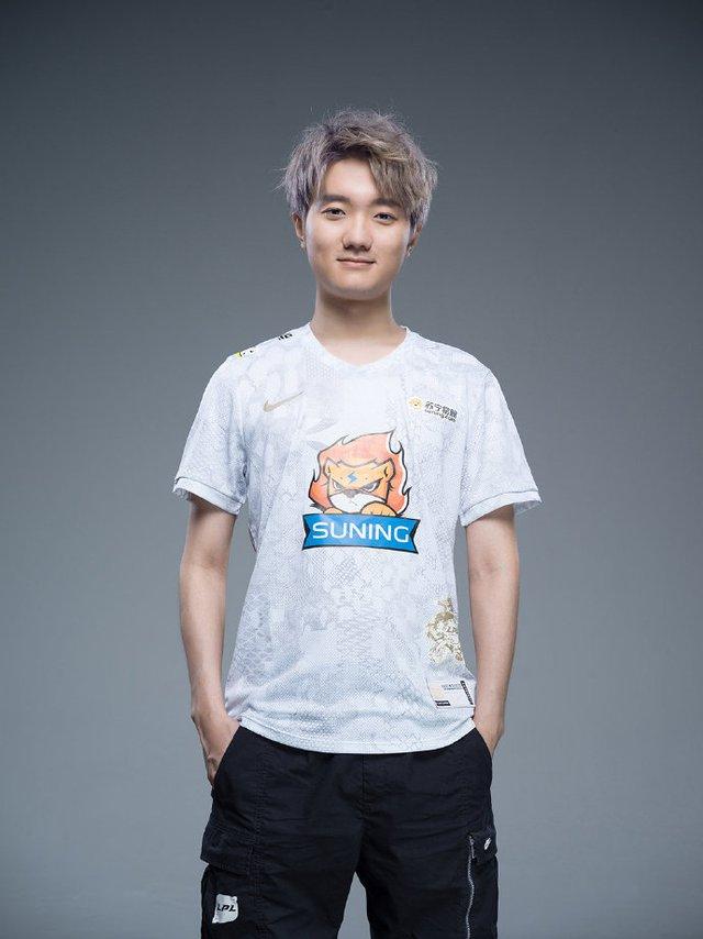 Suning tung bộ ảnh ra mắt áo đấu chính thức cho CKTG 2020, dân mạng Trung Quốc bình luận: Ông SofM lại cưa sừng làm nghé à? - Ảnh 7.
