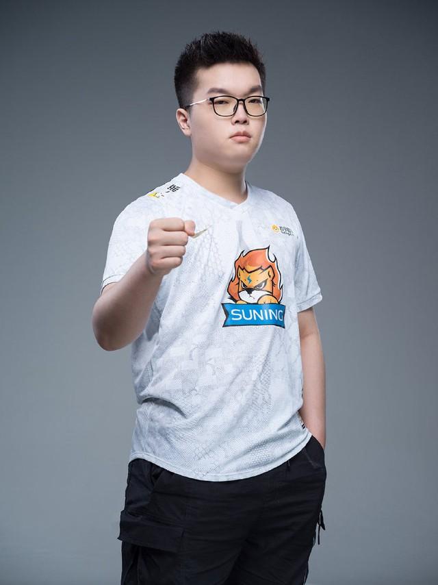 Suning tung bộ ảnh ra mắt áo đấu chính thức cho CKTG 2020, dân mạng Trung Quốc bình luận: Ông SofM lại cưa sừng làm nghé à? - Ảnh 8.