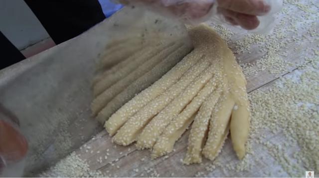 Bà Tân Vlog dùng bàn tay đang nhào bột để kéo ghế ngồi, dân mạng lại than mất vệ sinh - Ảnh 4.