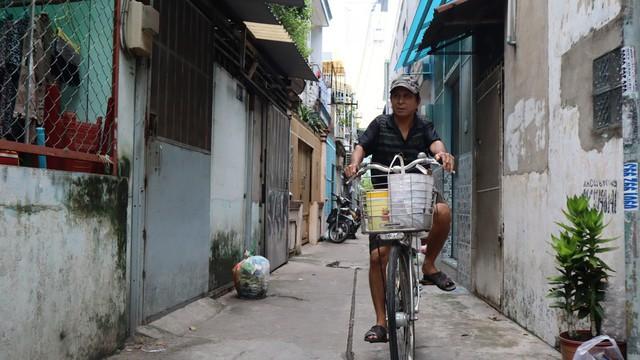 Săn tiểu cường bằng tay không, người đàn ông ở Sài Gòn kiếm tiền triệu để nuôi 4 con - Ảnh 2.
