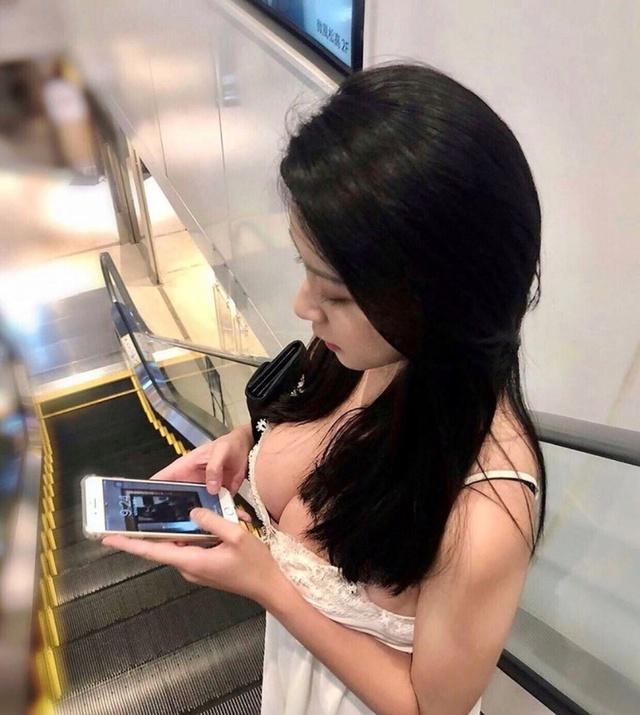 Cắm mặt vào điện thoại, cô gái xinh đẹp bị chụp lén từ góc nhạy cảm, nhan sắc thật khiến cánh đàn ông phải mất máu - Ảnh 1.