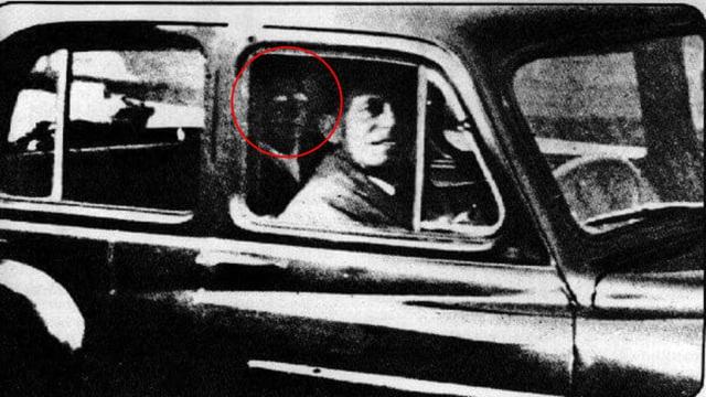 Tiện tay chụp ảnh cho chồng, vợ trở về nhà mới phát hiện bóng dáng của người mẹ đã khuất trong ống kính gây ra nhiều tranh cãi - Ảnh 2.