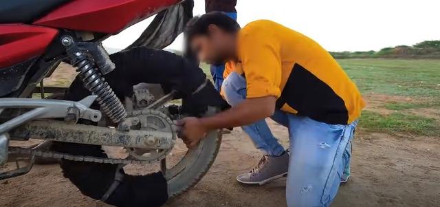 Bắt chước Ghost Rider, hai Youtuber người Ấn tự tẩm xăng lên xe, thực hiện màn trình diễn nguy hiểm để rồi nhận muôn vàn chỉ trích - Ảnh 2.