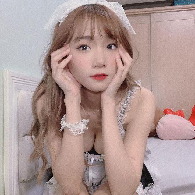 Mặc váy hầu gái gợi cảm rồi biểu diễn màn lắc sữa trên sóng, nữ streamer xinh đẹp bị chỉ trích là vô dụng, thiếu tài năng - Ảnh 4.