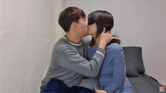Làm clip dạy hôn theo 25 kiểu siêu sexy và gợi cảm, nữ Youtuber khiến người xem không khỏi nóng mắt, ghen tị - Ảnh 5.
