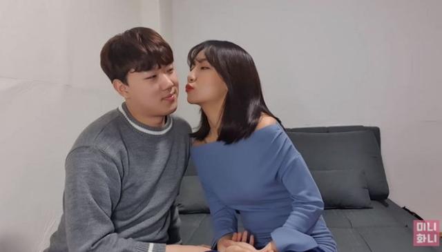 Làm clip dạy hôn theo 25 kiểu siêu sexy và gợi cảm, nữ Youtuber khiến người xem không khỏi nóng mắt, ghen tị - Ảnh 1.