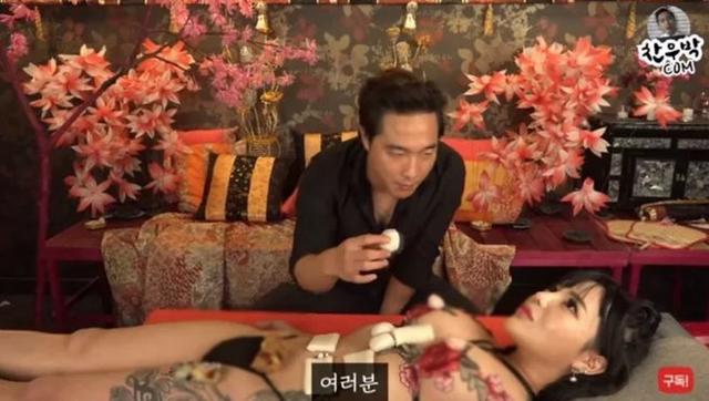 Thuê hot girl phim 18+ về để làm clip ăn sushi không mặc gì trên sóng, nam YouTuber bị ném đá dữ dội - Ảnh 3.