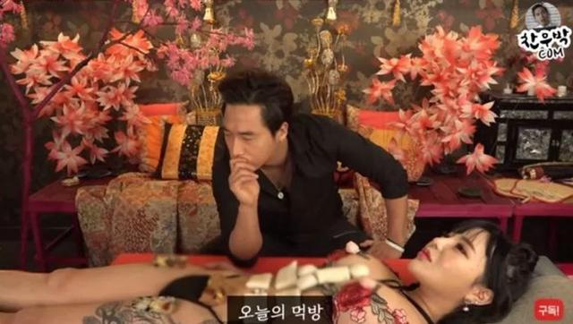 Thuê hot girl phim 18+ về để làm clip ăn sushi không mặc gì trên sóng, nam YouTuber bị ném đá dữ dội - Ảnh 4.