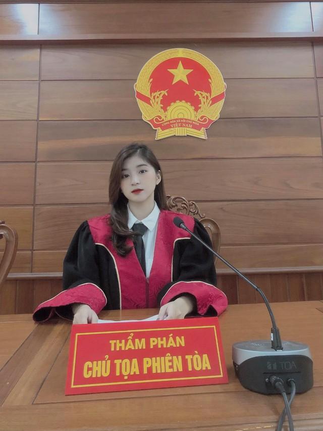 Xuất hiện nàng hot girl 22 tuổi ngồi ghế thẩm phán gây xôn xao CĐM, nhan sắc ngoài đời càng thêm phần ấn tượng - Ảnh 1.