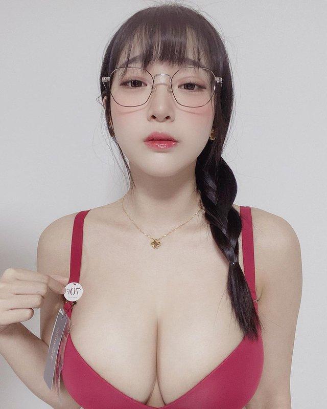 Khoe vòng một to lên bất thường nhưng fan không tin, nàng hot girl gây sốc khi quay clip nóng, khoe cận cảnh áo ngực chật chội - Ảnh 4.