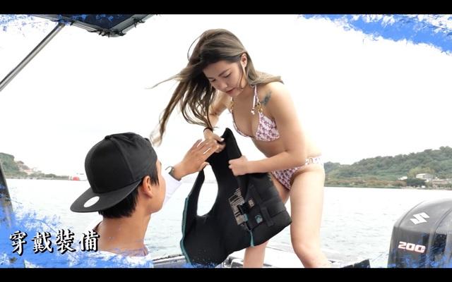 Cô nàng tiếp nhận áo phao để hoàn thành thử thách trượt nước của mình