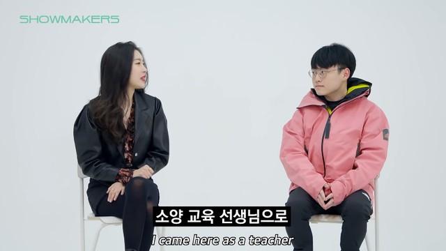 ShowMaker số hưởng: Được fan-girl nóng bỏng bậc nhất Kpop gặp mặt riêng, trông bẽn lẽn trước gái xinh thấy mà... thương - Ảnh 2.
