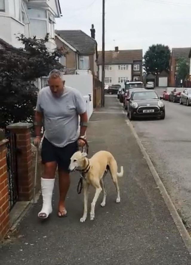 Mất hơn 8 triệu để đưa chó đi bác sỹ thú y, ai ngờ nó chỉ giả vờ què để bắt chước ông chủ bị gãy chân - Ảnh 3.