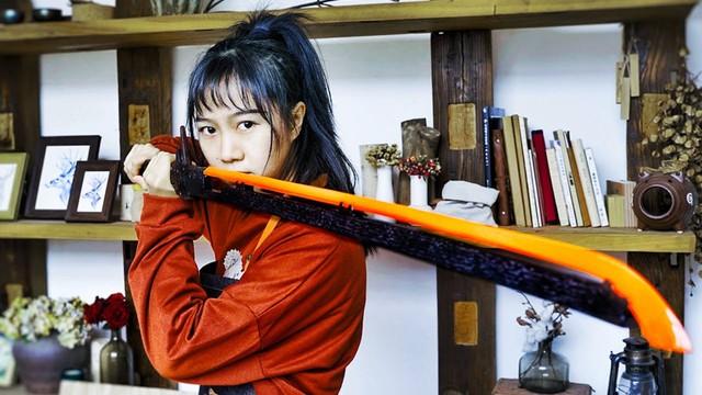 Nữ YouTuber xinh đẹp tự tay chế tạo kiếm Katana trong Cyberpunk 2077 - Ảnh 2.