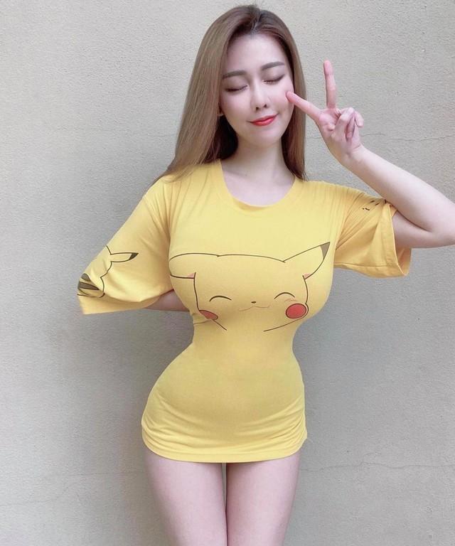 Diện áo Pikachu bó sát như Lê Bống, cô giáo hot girl bất ngờ bị phụ huynh phàn nàn, phải tạm nghỉ dạy 1 tháng - Ảnh 1.