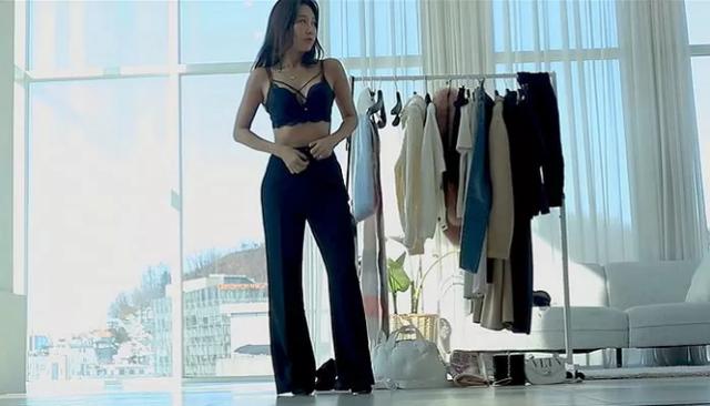 Tự lấy bản thân làm mẫu, thay đồ ngay trên sóng để bán hàng, nữ YouTuber xinh đẹp gây sốc khi tiết lộ tuổi thật của mình - Ảnh 2.