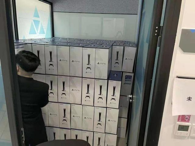 Cha đẻ Genshin Impact tặng quà Tết nhân viên mỗi người một cái PS5, iPhone 12, VGA RTX, Nintendo Switch... hàng xếp cao như núi - Ảnh 2.