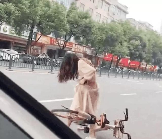 Dính váy vào xe đạp, cô gái xinh đẹp vô tình phô bày khung cảnh xấu hổ, lộ nguyên vòng ba siêu gợi cảm - Ảnh 1.
