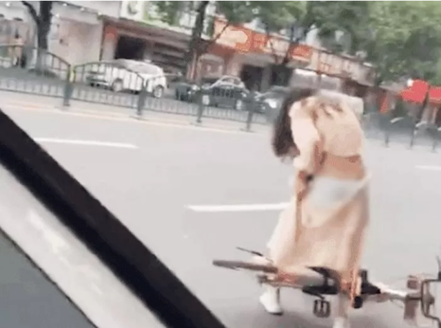 Dính váy vào xe đạp, cô gái xinh đẹp vô tình phô bày khung cảnh xấu hổ, lộ nguyên vòng ba siêu gợi cảm - Ảnh 2.