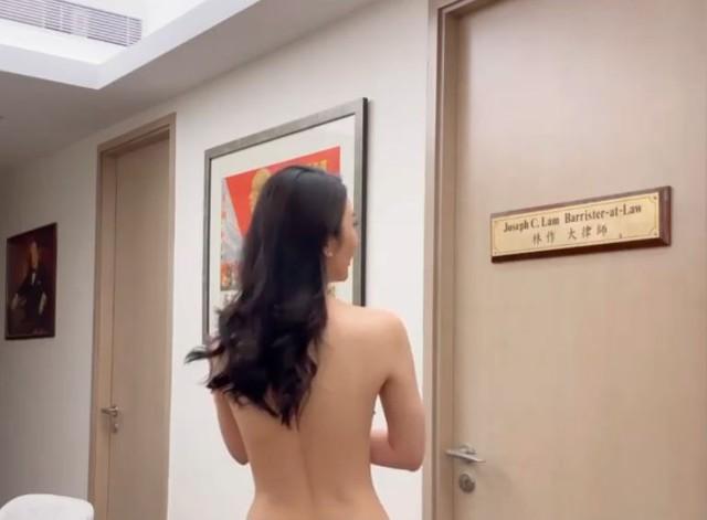 Tự lấy bản thân làm mẫu để quảng cáo kem nâng ngực, nàng hot girl gây sốc khi cởi trần rồi để bạn trai đụng chạm vòng một - Ảnh 2.