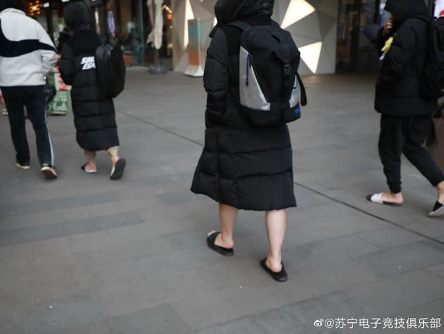 Diện style quần đùi dép lê giữa thời tiết âm 6 độ, SofM khiến fan Trung Quốc sợ tái mặt - Ảnh 3.