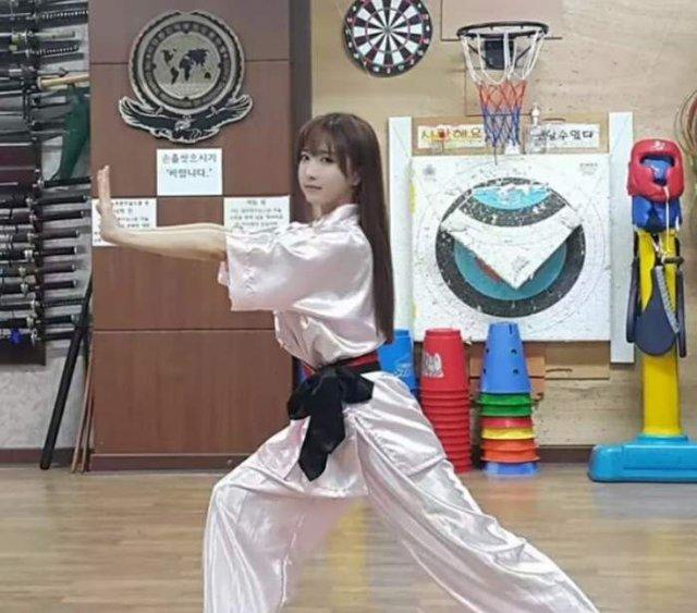 Đang là hot girl vạn người mê, cô gái xinh đẹp gây sốc khi lên sóng dạy kung-fu, gạ kèo 1vs3 cực máu lửa - Ảnh 5.