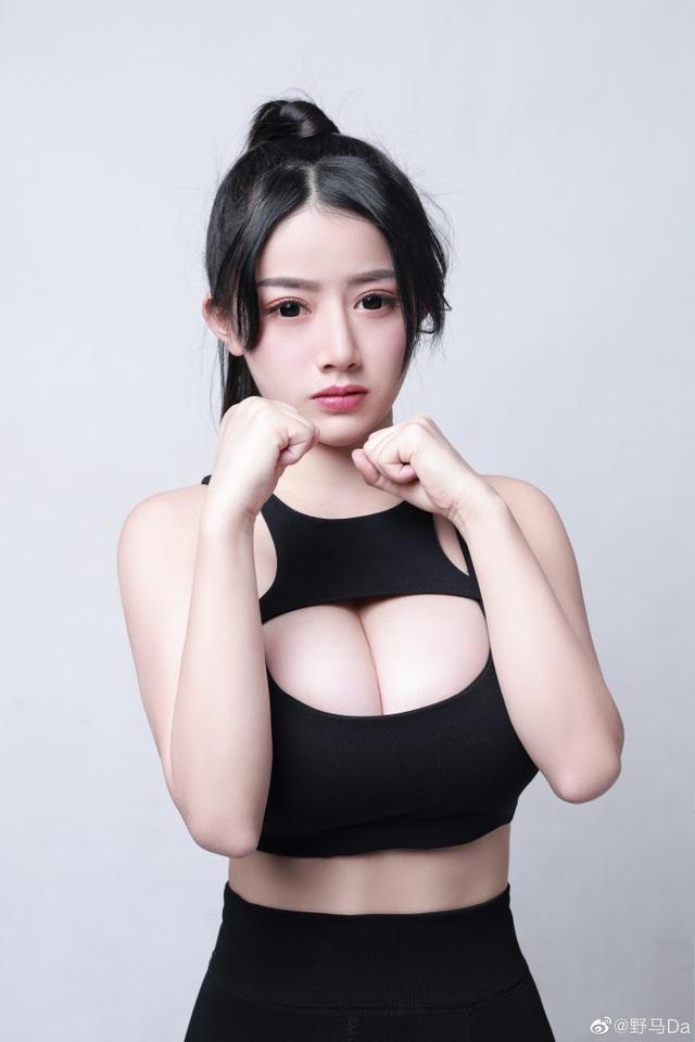 Hot-girl Trung Quốc khiến cộng đồng LMHT nóng mắt vì lên show bình luận CKTG 2021 chỉ để uốn éo khoe vòng 1 ngoại cỡ - Ảnh 7.