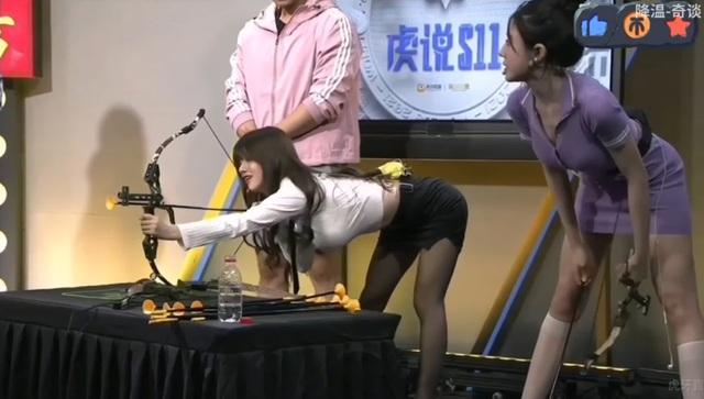 Hot-girl Trung Quốc khiến cộng đồng LMHT nóng mắt vì lên show bình luận CKTG 2021 chỉ để uốn éo khoe vòng 1 ngoại cỡ - Ảnh 12.