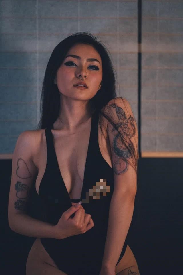 Chuyển sang làm streamer, nàng hot girl 18+ khiến khán giả bỏng mắt vì màn cosplay quá gợi cảm trên sóng - Ảnh 1.