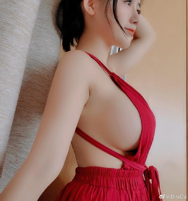 Hot-girl Trung Quốc khiến cộng đồng LMHT nóng mắt vì lên show bình luận CKTG 2021 chỉ để uốn éo khoe vòng 1 ngoại cỡ - Ảnh 9.