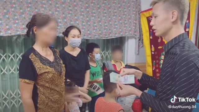 """Ghi hình đi phúng viếng Nam Ok làm """"content"""" câu view, Duy Thường TV gây tranh cãi - Ảnh 2."""