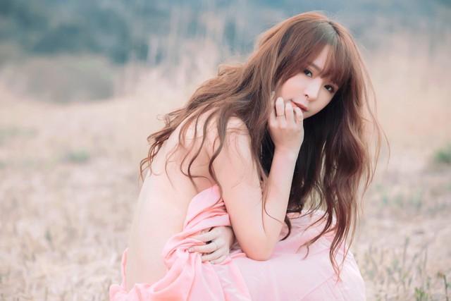 Bất ngờ đăng ảnh nhẫn kim cương, khoe có người hỏi cưới, nữ streamer xinh đẹp nhận mưa tin nhắn phản đối từ fan - Ảnh 1.