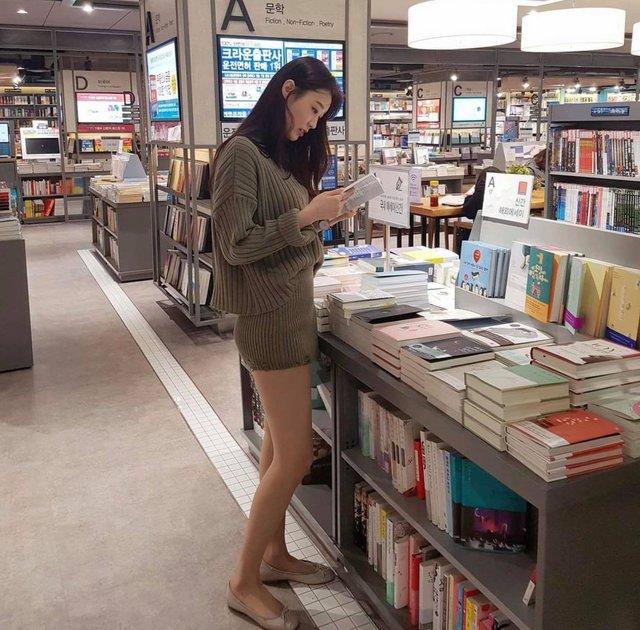 Mặc váy ngắn, cô gái xinh đẹp vô tình lộ chi tiết hớ hênh khi đi dạo nhà sách, soi nhan sắc càng thêm ngỡ ngàng - Ảnh 1.