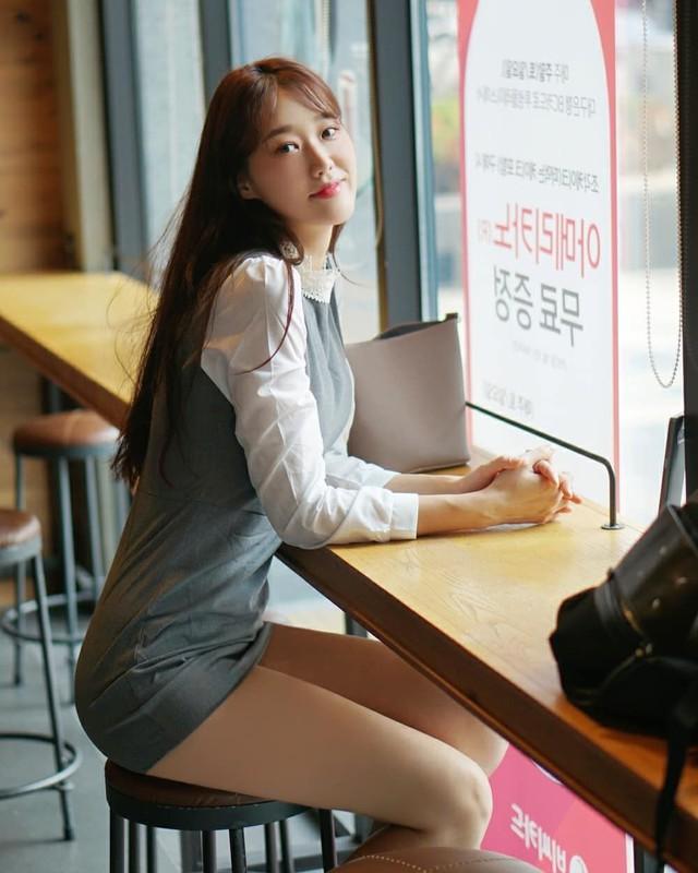 Mặc váy ngắn, cô gái xinh đẹp vô tình lộ chi tiết hớ hênh khi đi dạo nhà sách, soi nhan sắc càng thêm ngỡ ngàng - Ảnh 3.