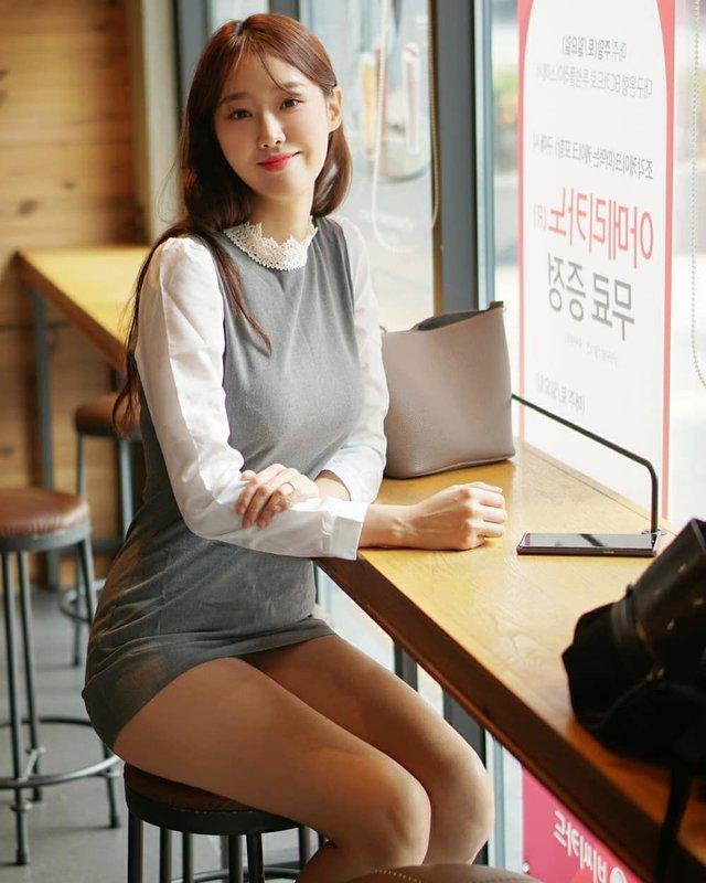 Mặc váy ngắn, cô gái xinh đẹp vô tình lộ chi tiết hớ hênh khi đi dạo nhà sách, soi nhan sắc càng thêm ngỡ ngàng - Ảnh 4.