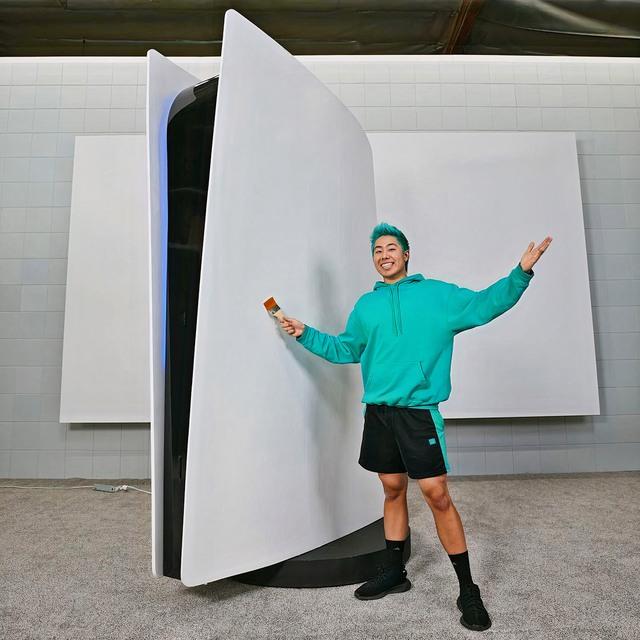 Xuất hiện thanh niên chi 70.000 USD để làm một chiếc máy PS5 siêu to khổng lồ - Ảnh 1.