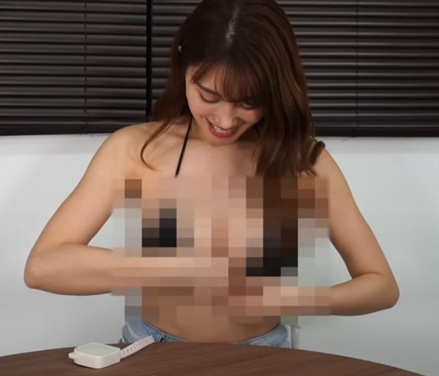 Tò mò vòng một nặng tới đâu, nữ YouTuber làm thử thách tự cân một bên ngực của mình - Ảnh 3.