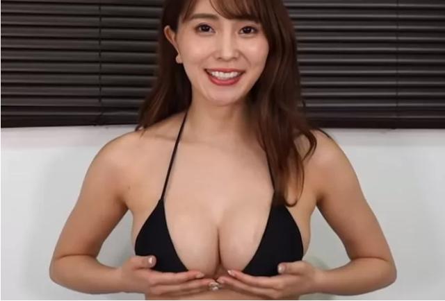 Tò mò vòng một nặng tới đâu, nữ YouTuber làm thử thách tự cân một bên ngực của mình - Ảnh 1.