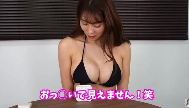 Tò mò vòng một nặng tới đâu, nữ YouTuber làm thử thách tự cân một bên ngực của mình - Ảnh 6.