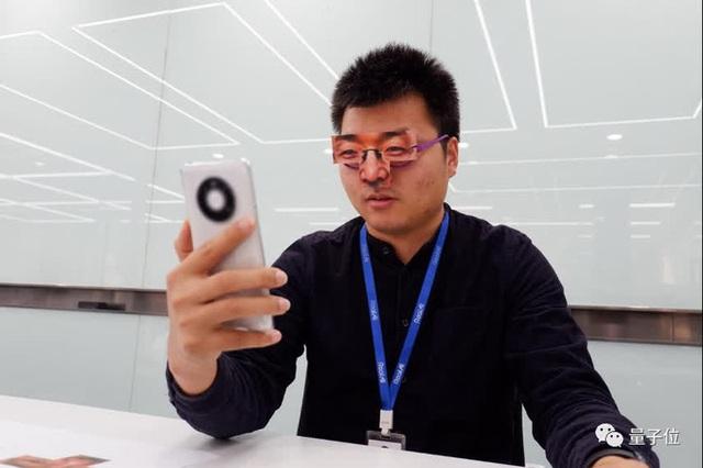 Một cặp kính giấy phá vỡ hệ thống nhận dạng khuôn mặt của 19 điện thoại Android, chỉ chịu thua trước iPhone - Ảnh 1.