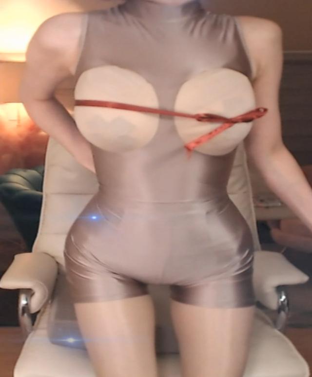 Nữ streamer xinh đẹp gây sốc khi lên sóng với bộ trang phục tự chế, mặc như không mặc - Ảnh 4.