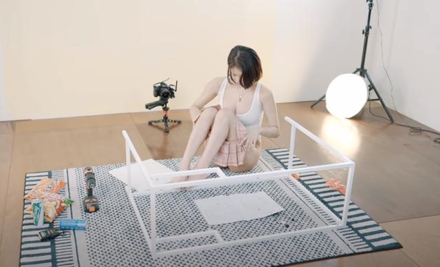 Tỷ mẩn lắp ráp bàn để làm clip, nữ YouTuber thu hút cả triệu lượt view chỉ với 5 phút lên sóng - Ảnh 8.